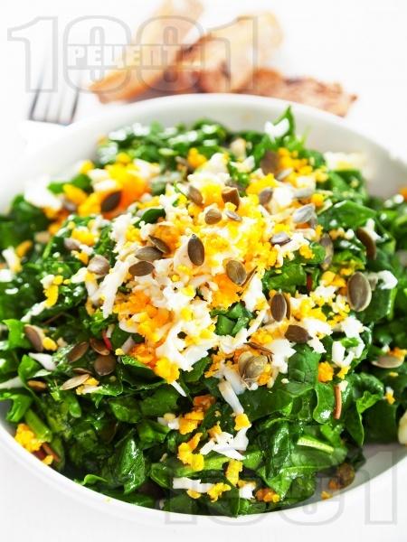 Салата от суров спанак, киселец и яйце - снимка на рецептата
